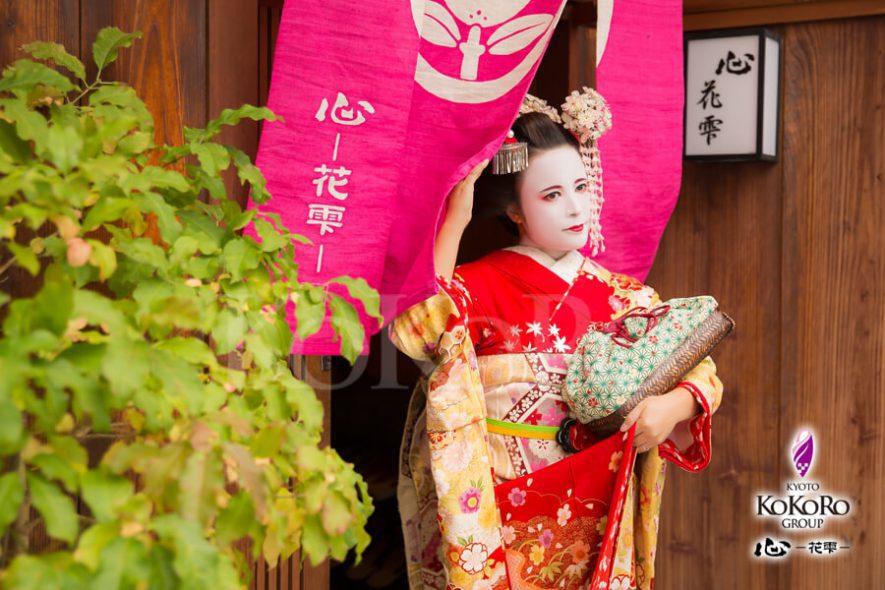 京の都で紅葉の舞妓体験
